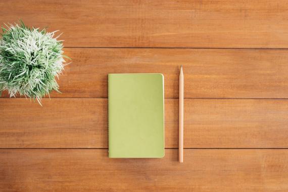 boek met potlood op bureau